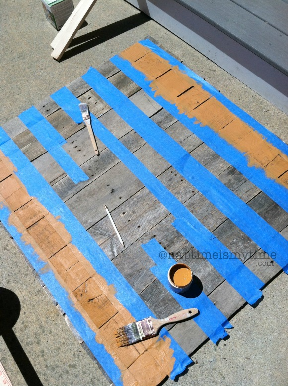 This DIY Pallet Art USA Map is easy to make! Check out emilystephens.com for the tutorial!