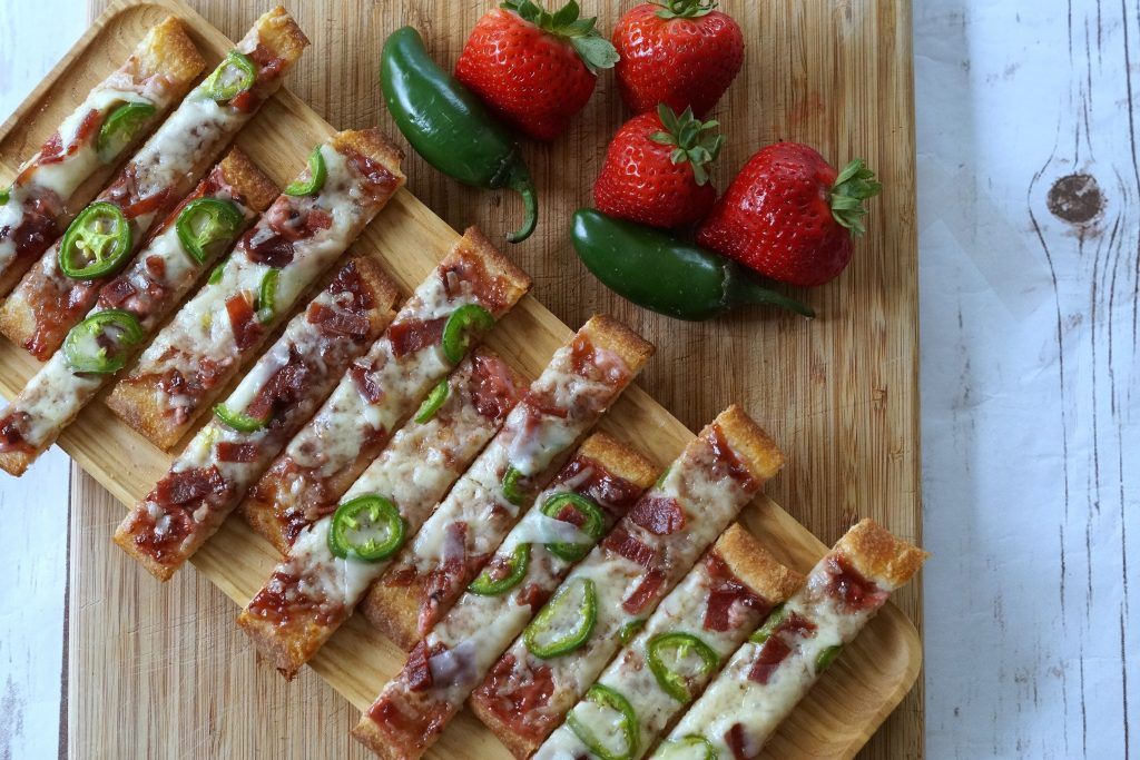 This easy Strawberry Jalapeno Flatbread recipe is the perfect holiday appetizer! If you have 15 minutes, you can make this! #EasyHolidayEats ad