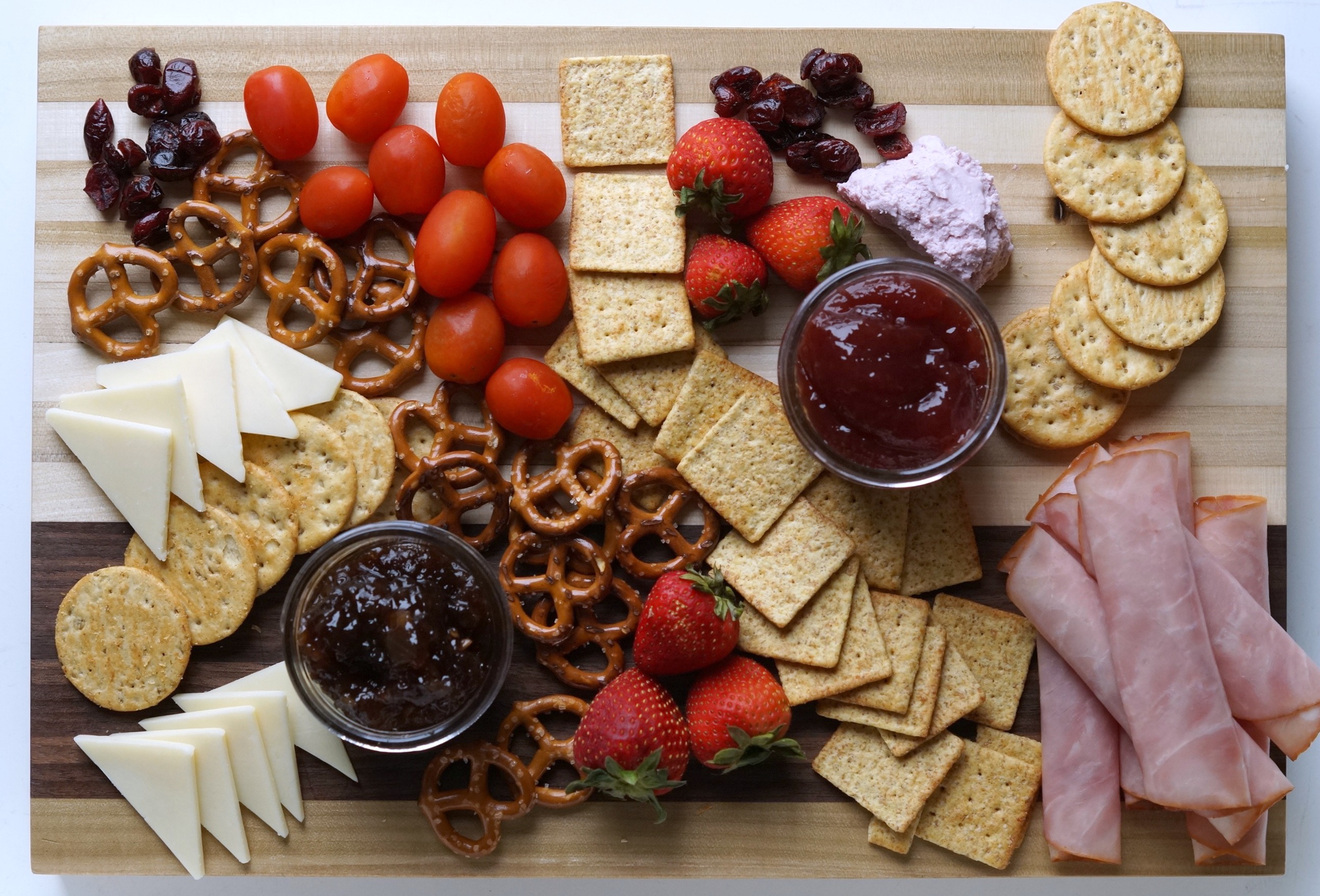 Looking for an easy back to school snack for your kids? Make this Charcuterie Board for Kids with #EckrichFlavor #AskForEckrich AD